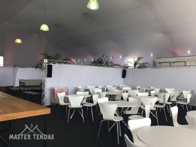 Tendas para eventos com mesas decorativas